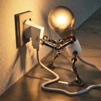 Kleine Glühbirne mit Stromstecker