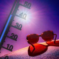 Thermometer und Sonnenbrille in Sonne