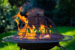 Ein Feuerkorb im Garten