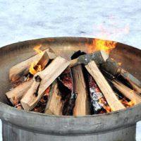 Eine Feuerstelle mit brennender Glut