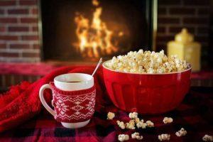 Tee und Popcorn am Kamin